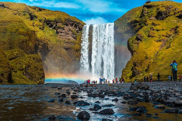 Der berühmte wasserfall, der täglich von hunderten von touristen besucht wird, foto vom fluss