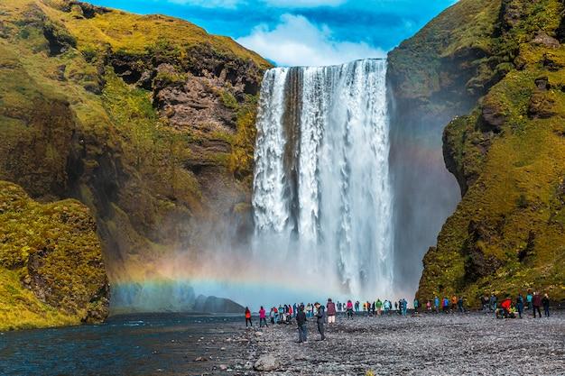 Der berühmte wasserfall, der täglich von hunderten von touristen besucht wird