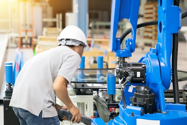 Der berufsoffizier prüft den roboter, der sich auf das glas auf der trägerbasis bewegt