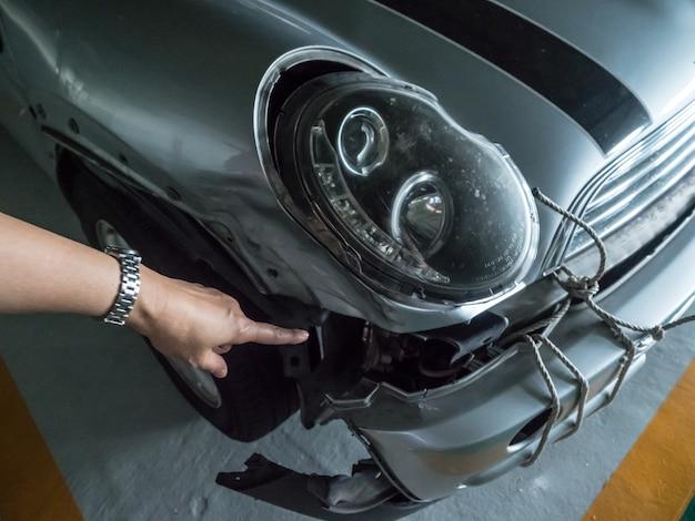 Der besitzer des autos hat darauf hingewiesen, dass das auto den unfall dem landvermesser verloren hat