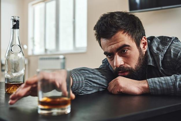 Der beste ausweg ist immer durch alkoholmissbrauch betrunkener mann, der sich auf einen legt