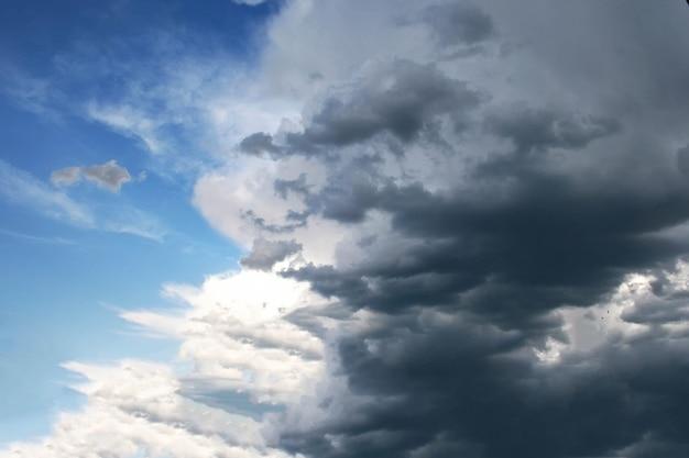 Der blaue himmel mit dunklen wolken
