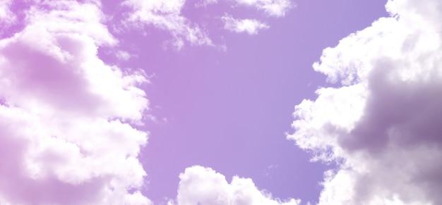 Der blaue himmel mit vielen weißen wolken unterschiedlicher größe bildet sich