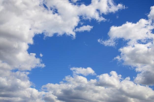 Der blaue himmel mit vielen weißen wolken unterschiedlicher größe