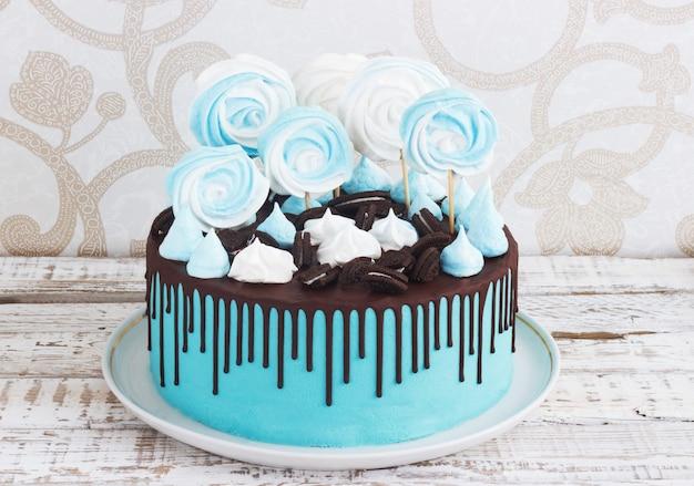 Der blaue kuchen der kinder mit meringe und schokolade