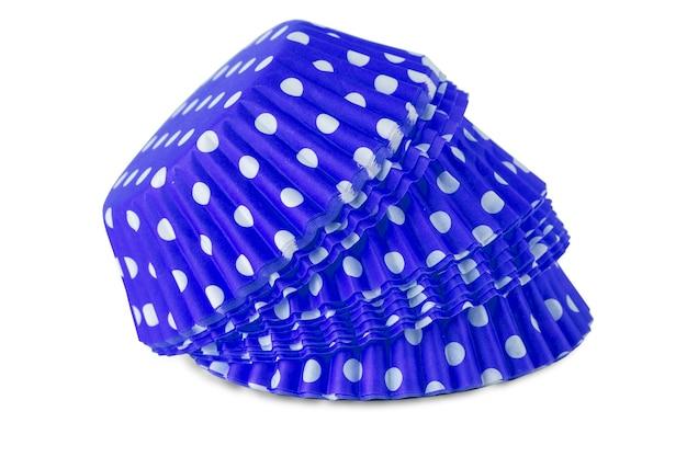 Der blaue tupfen-cupcake-pappbecher lokalisiert über dem weißen hintergrund