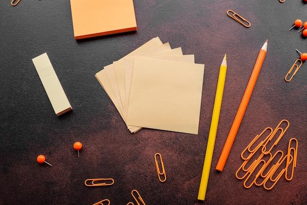Der bleistift, die büroklammern und die merkblätter liegen auf einem schreibtisch