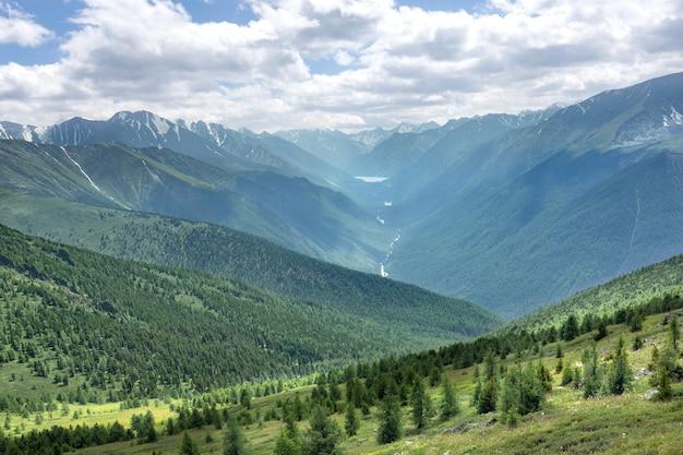 Der blick auf den berg altai