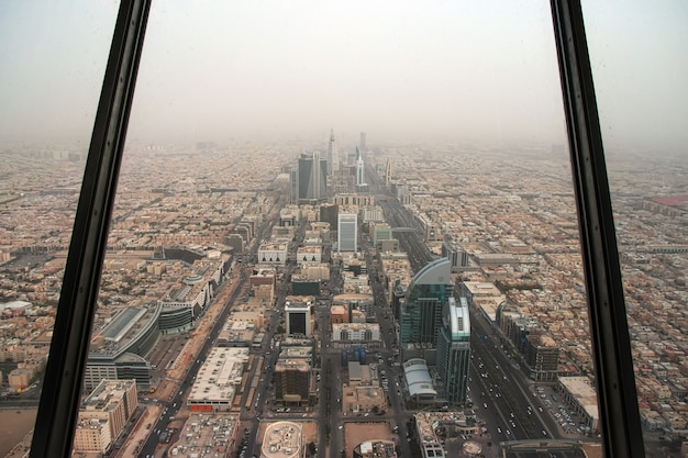 Der blick auf die innenstadt von der sky bridge im königreichszentrum burj al-mamlaka in riad, saudi-arabien