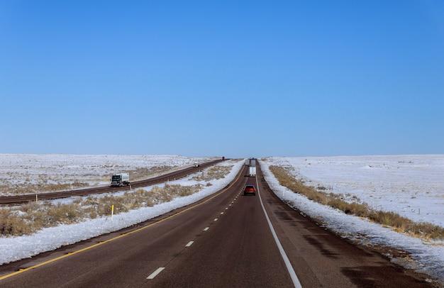 Der blick auf schnee, während sie auf der straße nach new mexico sind