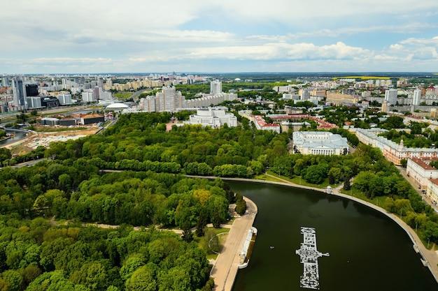 Der blick von der spitze des parks in minsk. eine vogelperspektive der stadt minsk. belarus.