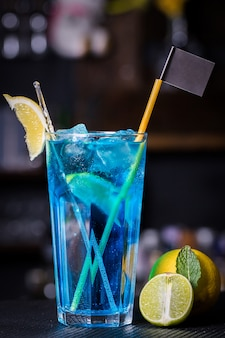 Der blue lagoon cocktail