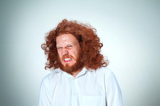 Der böse junge mann mit den langen roten haaren