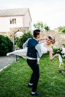 Der bräutigam hob und drehte die braut. jungvermählten.