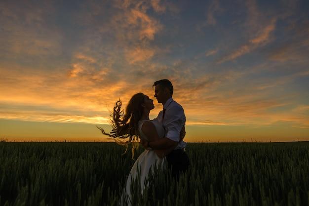 Der bräutigam kippte die braut und spielt mit ihren haaren.