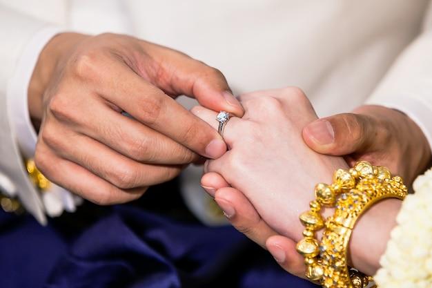 Der bräutigam legt der braut einen ehering an