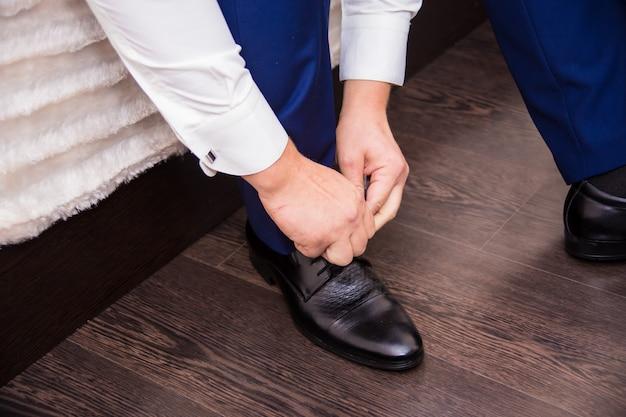 Der bräutigam trägt schöne schuhe und schnürsenkel
