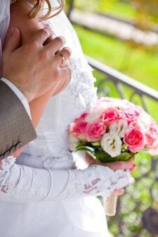 Der bräutigam umarmt die braut