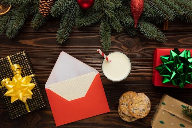 Der brief und die leckereien für den weihnachtsmann liegen auf einem holz