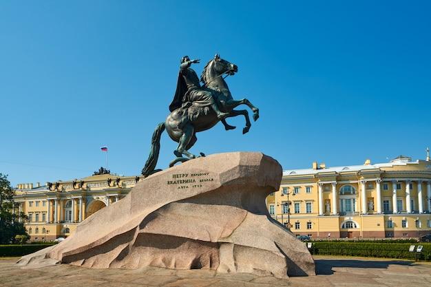 Der bronzene reiter ist ein denkmal für peter den großen in st. petersburg.
