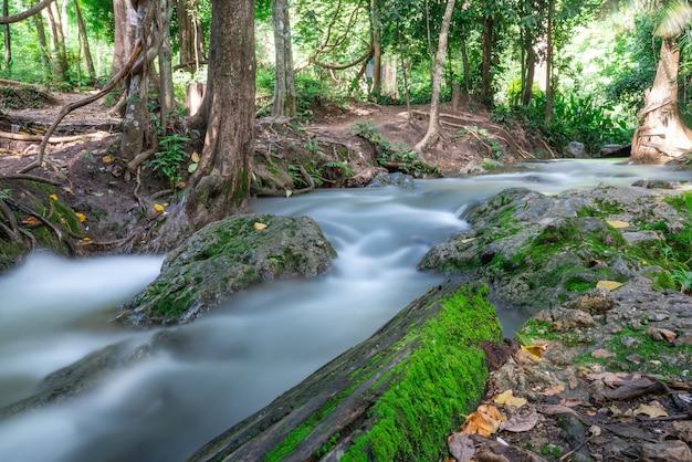 Der brunnen, natürliche brunnen ist eine touristenattraktion die linie heißt wasser