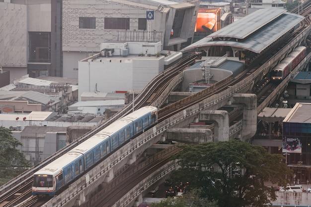 Der bts-skytrain-nahverkehrszug, der zum siam-bahnhof mit luftverschmutzungseffekt fährt, hat schlechte sicht.