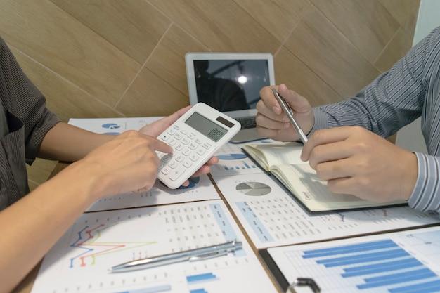 Der buchhalter des unternehmens hat den jahresabschluss des unternehmens geprüft, um sich auf die geschäftsentwicklung vorzubereiten
