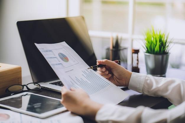 Der buchhalter überprüft dokumente über grafik und diagramm finanz- und steuer