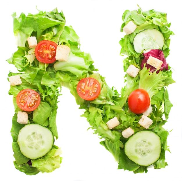 Der buchstabe n mit gurkenscheibe und salat