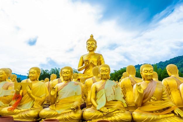 Der buddhistische gedenkpark makha bucha wurde anlässlich der großen epoche des 2600-jährigen bestehens des buddha erbaut
