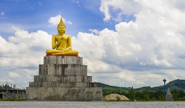 Der buddhistische statuen park von thung yai in nakhon si thammarat in thailand