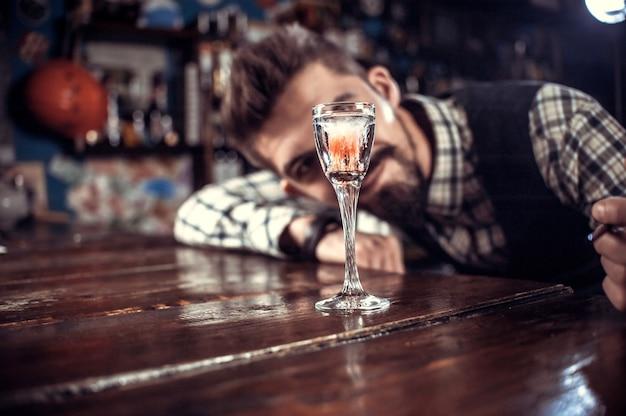 Der charismatische barmann demonstriert den prozess der zubereitung eines cocktails im nachtclub