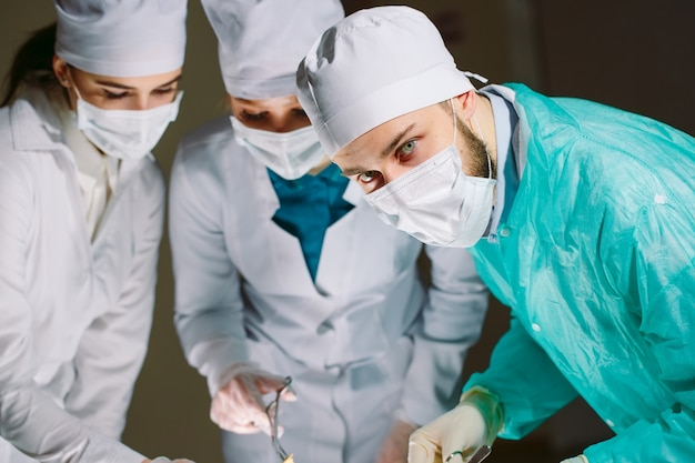 Der chirurg führt eine operation durch.