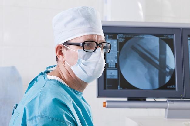 Der chirurg schaut auf den monitor.