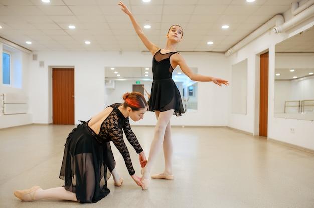 Der choreograf arbeitet mit jungen ballerina im unterricht