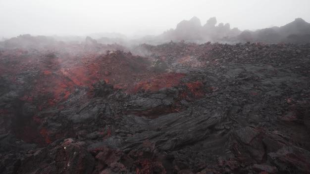 Der dampf kommt aus den rissen der vulkanischen lava