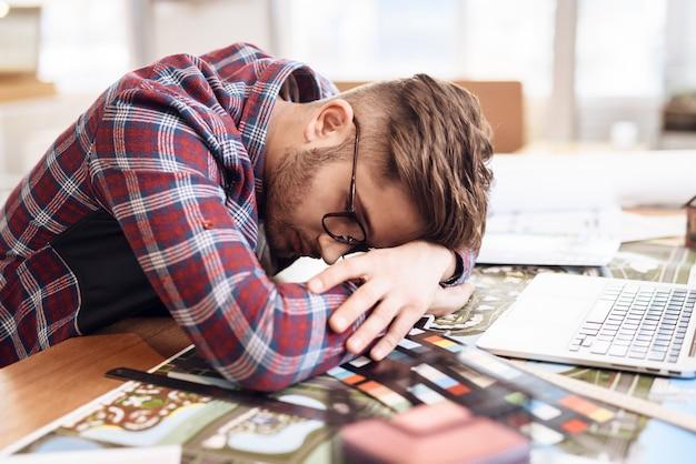 Der designer schlief bei der arbeit ein. freiberufler-konzept.
