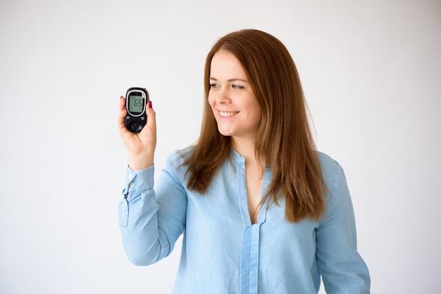 Der diabetiker misst den glukosespiegel im blut. diabetes-konzept. diabetiker liefert auf einem weißen hintergrund.