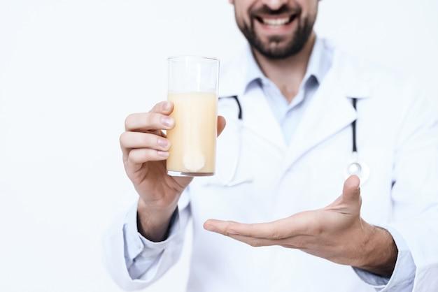 Der doktor im weißen kittel hält medizin