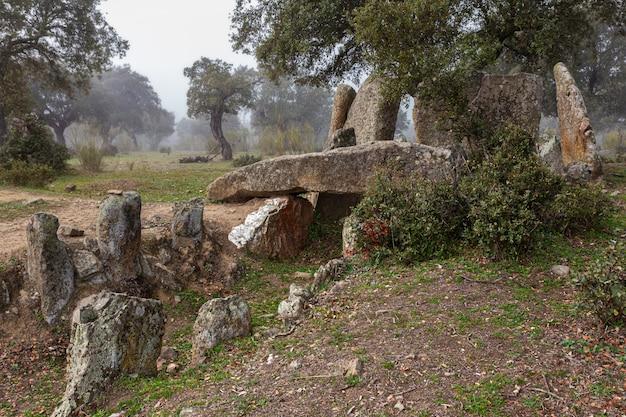 Der dolmen von hijadilla ist eine art kreisförmige kammer mit langem korridor. in der nähe von cáceres gelegen. extremadura. spanien.