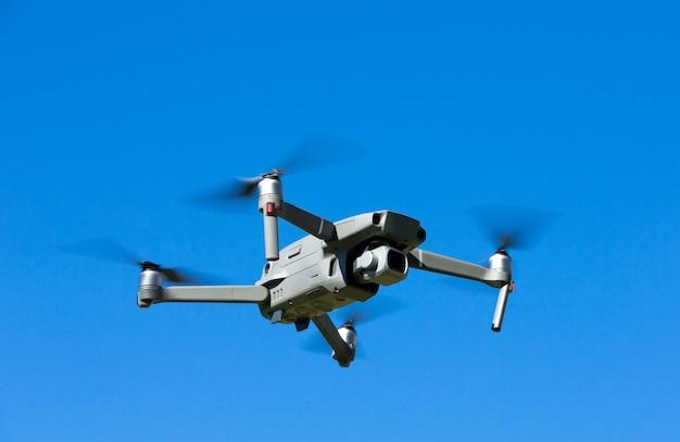 Der drohnen-hubschrauber, der mit digitalkamera fliegt.
