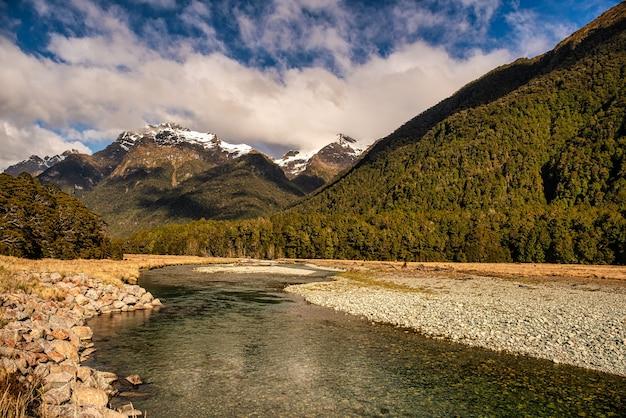 Der eglinton river schlängelt sich durch die südalpen im fiordland national park