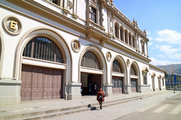 Der ehemalige hauptbahnhof von la paz ist jetzt die seilbahnstation mi teleferico in la paz, bolivien