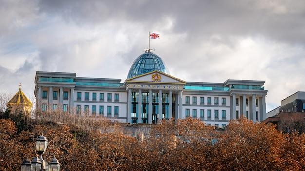 Der ehemalige präsidentenpalast in tiflis wird die residenz von avlabari genannt. reise