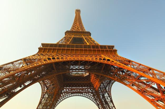 Der eiffelturm in paris am abend