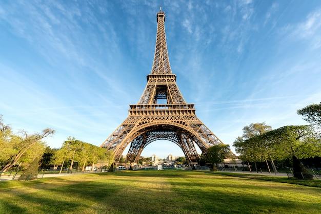 Der eiffelturm ist berühmt und die besten reiseziele in paris und frankreich.