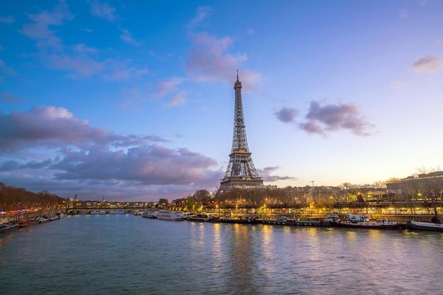 Der eiffelturm und die seine in der dämmerung in paris, frankreich.