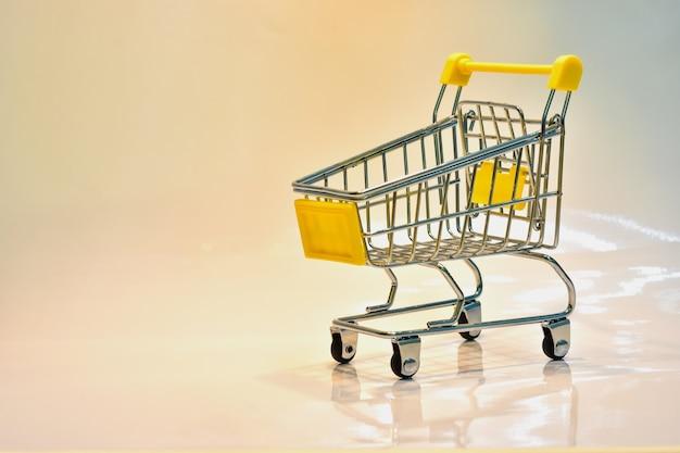 Der einkaufswagen mit gelbem griff mit dollar bankn