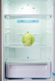 Der einzige frische und rohe kohlkopf der auberginen im kühlschrank