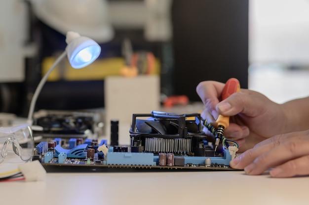 Der elektriker oder technische wartung und reparatur von computerhardware.